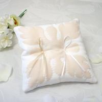 ハワイアンキルトのリングピロー 完成品 パンの木 ホワイト 【送料無料】