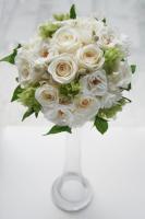 白いバラ&フレッシュグリーンのラウンドブーケ(プリザーブドフラワー /ホワイト-2)