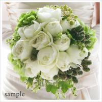 白バラと実ものたっぷりのクラッチブーケ/ラウンドブーケ(生花)