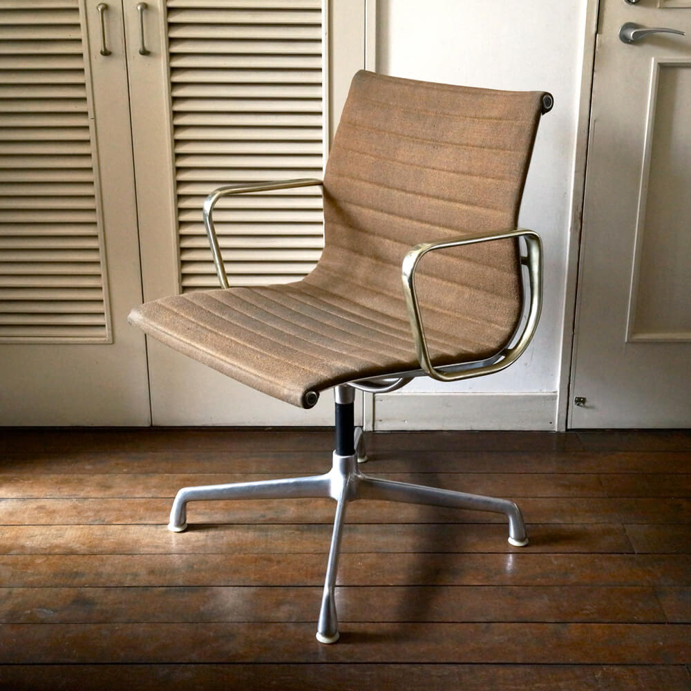<img class='new_mark_img1' src='https://img.shop-pro.jp/img/new/icons7.gif' style='border:none;display:inline;margin:0px;padding:0px;width:auto;' />Charles & Ray Eames/Aluminium Chair