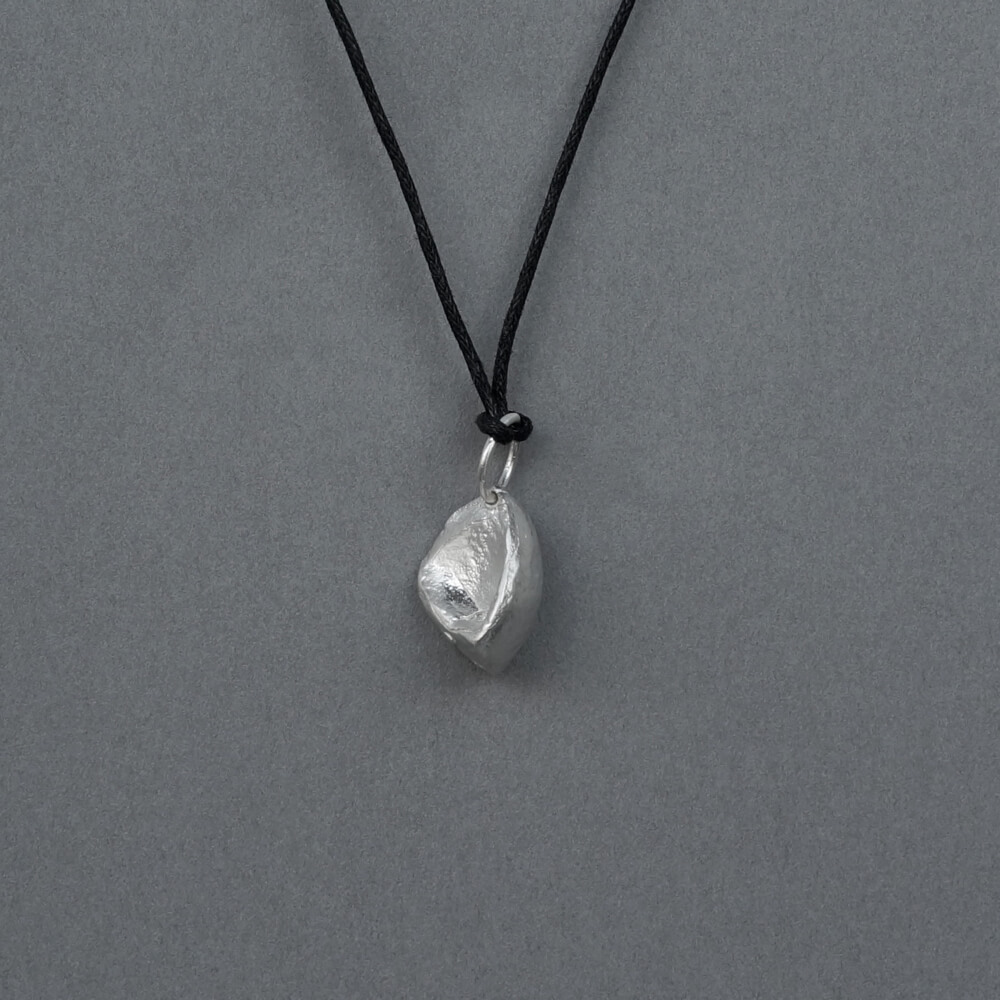 <img class='new_mark_img1' src='https://img.shop-pro.jp/img/new/icons7.gif' style='border:none;display:inline;margin:0px;padding:0px;width:auto;' />Melanie Decourcey / Beechnut silver pendant on string