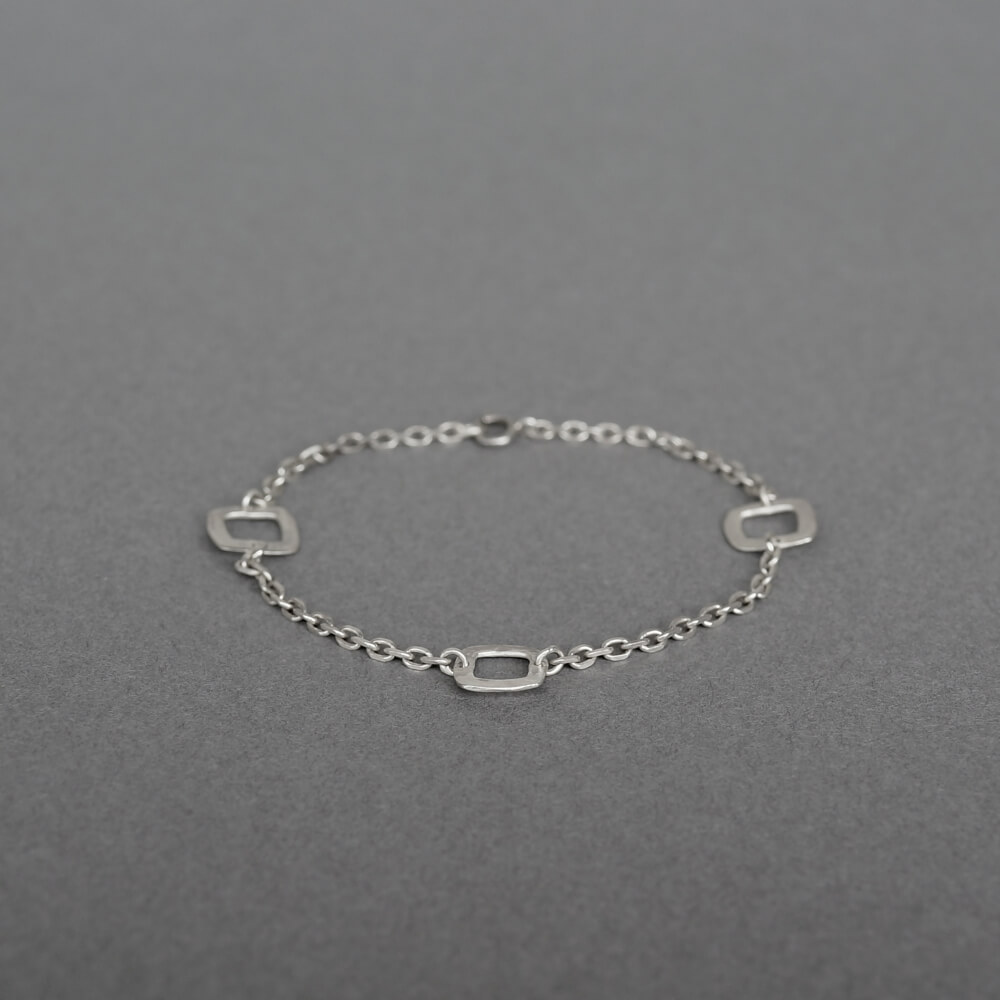 Melanie Decourcey/silver square with chain