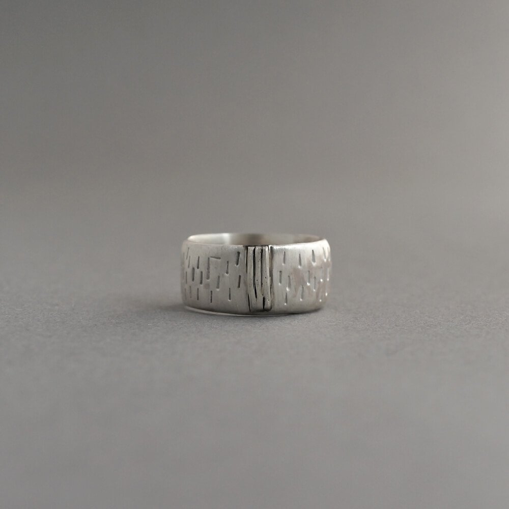 Melanie Decourcey/silver ring with vertical lines & 3 strong vertical middle lines