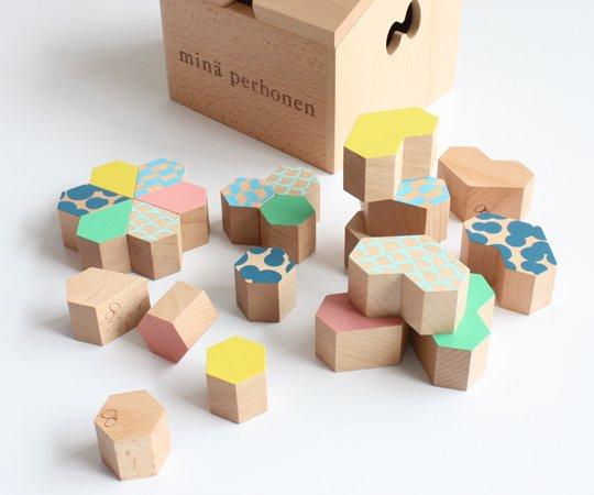 カラフルな積み木と木箱のセット