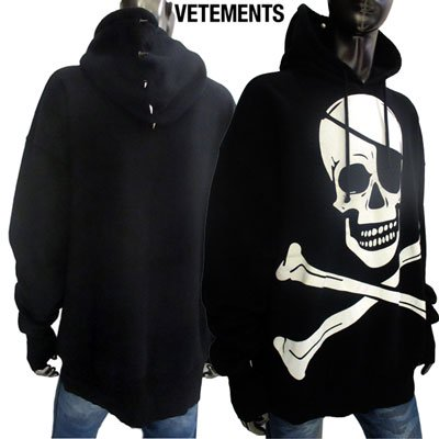 <img class='new_mark_img1' src='//img.shop-pro.jp/img/new/icons1.gif' style='border:none;display:inline;margin:0px;padding:0px;width:auto;' />ヴェトモン(VETEMENTS) メンズ パーカー ユニセックス着可 フロントビッグスカルプリント・フード棘スタッズ付きパーカー 黒 USS197085 BLACK (R135300) GB91A