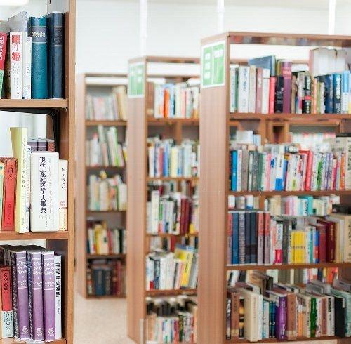 図書館内のスチール棚は目の高さで