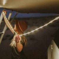 スチール棚にくっつくロープ型LEDライトの画像