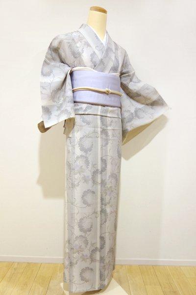 あおき【A-2050】夏大島紬 白鼠色 竪暈かし 雪輪に蔓花の図(証紙付)