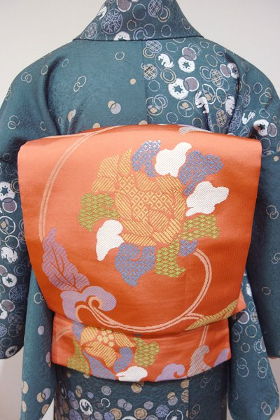 あおき【L-3075】西陣 北尾織物匠製 本袋帯 黄丹色 竹屋町牡丹唐草文(落款入り)