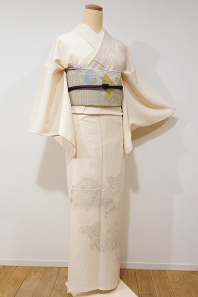 銀座【B-1884】↑Sサイズ↓竪絽 スワトウ刺繍 付下げ 薄卵色 雲取りに蝶や花の図