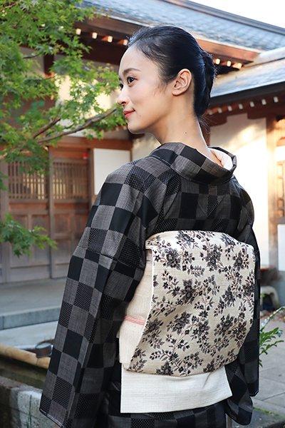 銀座【帯2954】仁平幸春作 紬地染名古屋帯 灰白色 更紗花文