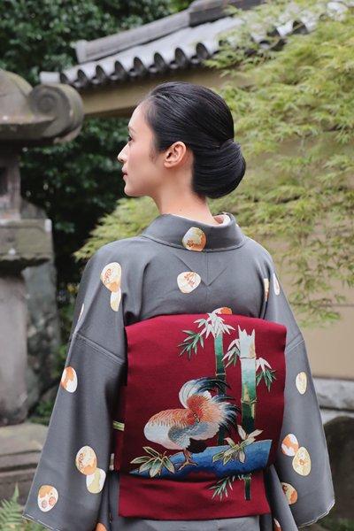 銀座【帯3197】浦野理一作 縮緬地名古屋帯 葡萄色 刺繍 竹に鶏の図