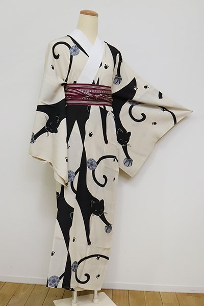 銀座【F-444】(S)長襦袢 亜麻色×黒色 猫と手鞠の図(反端付)
