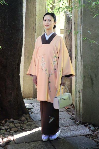 銀座【着物3074】大羊居製 道行コート 雄黄色「桃に唐子」(落款入 端布付)