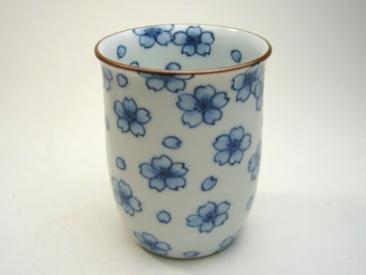 染付桜湯呑み