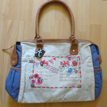 <img class='new_mark_img1' src='https://img.shop-pro.jp/img/new/icons15.gif' style='border:none;display:inline;margin:0px;padding:0px;width:auto;' />【Accessorize】Postcard Day Bag<br>アクセサライズ ポストカード デイバッグ