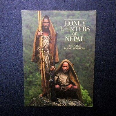 <img class='new_mark_img1' src='https://img.shop-pro.jp/img/new/icons1.gif' style='border:none;display:inline;margin:0px;padding:0px;width:auto;' />ハニーハンター Eric Valli 「Honey Hunters of Nepal」蜂蜜採取
