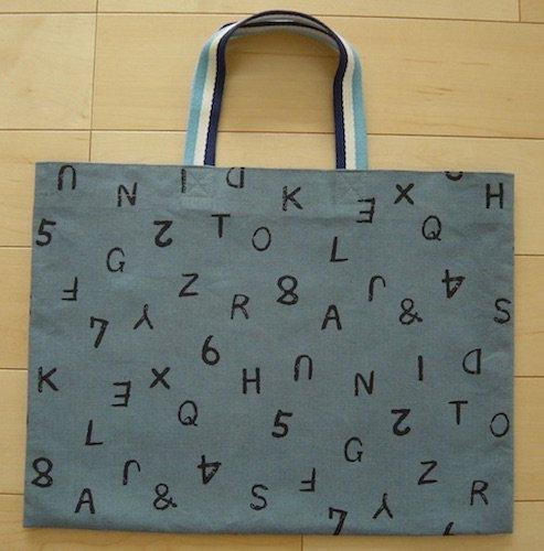 手提げバッグ40×30【ブルーグレーに黒のアルファベット】