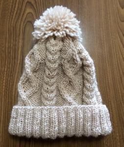 太めの毛糸で編んだなわ編み模様のポンポン付ニット帽〈淡いベージュ〉