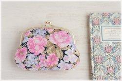 ■ヴィンテージ生地のがま口ポーチ (石目模様の口金)/ 黒にピンクとライトパープルの花 ■ sable (vf-bkppro)