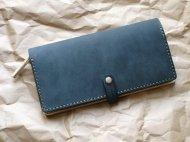 ネイビーなマットな革とヌメ革の長財布