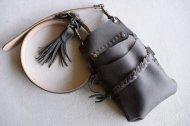 柔らかいバッグのような形の5丁差しのシザーケース