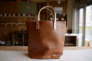 キャメルの革の軽い手提げ鞄