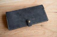 ネイビーのベロアな革とヌメ革の長財布