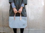 薄い水色の手さげバッグ(ぶた)001