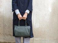緑の革のボストンバッグ
