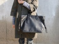 黒い革のトートバッグ