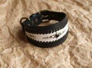 黒と白の楕円形のイタグレ首輪