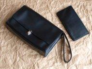 黒い革のセカンドバッグと財布のセット
