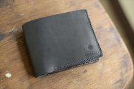 シンプルな二つ折り財布黒 001