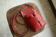 赤い革の肩掛けのシザーケース