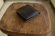 二つ折りのシンプルな財布