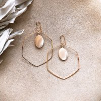 <img class='new_mark_img1' src='//img.shop-pro.jp/img/new/icons14.gif' style='border:none;display:inline;margin:0px;padding:0px;width:auto;' />Oval Beige Mother of Pearl  Hoop 14kgf  Pierced Earring オーバルマザーオブパール フープデザインピアス