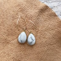<img class='new_mark_img1' src='https://img.shop-pro.jp/img/new/icons14.gif' style='border:none;display:inline;margin:0px;padding:0px;width:auto;' />Pear Shape Howlite  14kgf Hoop Pierced Earring ペアシェイプハウライト 14kgfフープピアス