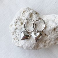 <img class='new_mark_img1' src='https://img.shop-pro.jp/img/new/icons14.gif' style='border:none;display:inline;margin:0px;padding:0px;width:auto;' />Karen Silver Heart Charm Hoop Pierced Earring ぷっくりハートチャーム silver925 フープピアス