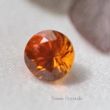 マンダリン・オレンジの美しい光 タンザニア産 クリノヒューマイト ルース 0.69ct 5.0mm