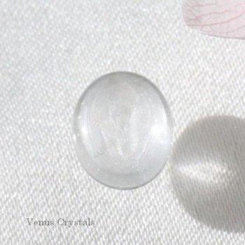 グレイッシュな氷 非加熱 非処理 マダガスカル産 ホワイト サファイア 宝石質 カボション (ピンク蛍光) 1.27ct  7.0mm