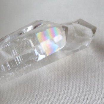 少し訳あり 虹入り 清んだ煌めき 国産水晶 高知県産 水晶 ツイン 結晶 27mm