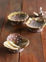 灰釉高台豆皿(三つ葉)