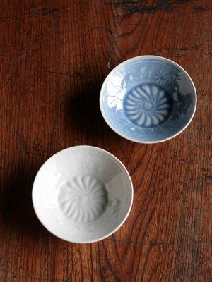 印刻菊文4寸皿 白磁・湖水釉