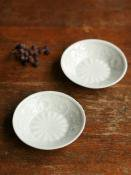 白磁印刻菊文3寸皿