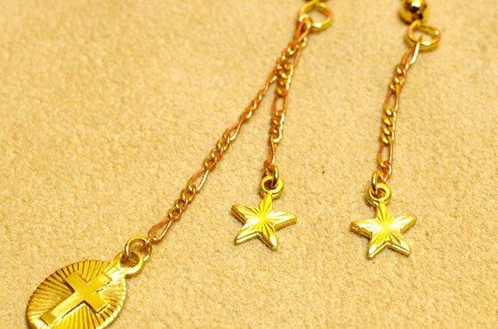 小さなチャームのピアス☆クロスと星のアシンメトリー B