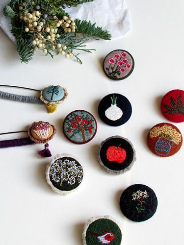 お裁縫好きオンマの刺繍ブローチ