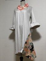 【即納】シルエット美しい 和柄着物襟風アシメントリーワンピース オフ白に猫と梅 3L