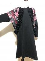 【即納】フリルたっぷり 前ポケット切り替え和柄ワンピース 黒×赤桃シルバー 2L〜5L