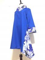 【即納】シルエット美しい 和柄着物襟風アシメントリーワンピース 青白花 M